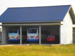 Garasi Bis Poltekkes di depan Asrama I