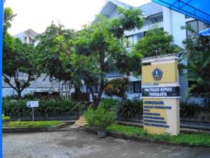 Tugu entitas Poltekkes di depan Gedung Rektorat Poltekkes Ykt Jl. Tata Bumi 3