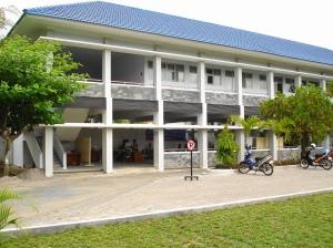 Gedung Kuliah (Lt2) dan Parkir (Lt1) Sisi Selatan halaman depan Poltekkes Ykt
