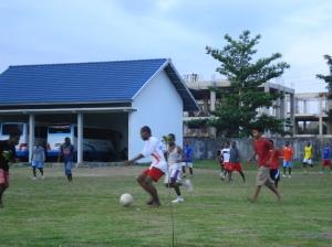 Mhs Sorong Selatan Papua sedang bermain bola di lapangan Timur Asrama I Poltekkes Ykt