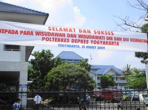 Spanduk wsd di pintu masuk kampus I Poltekkes Yk Jl. Tata Bumi 3