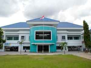 Gedung Utama Direktorat Poltekkes Ykt (tampak dari halaman depan)