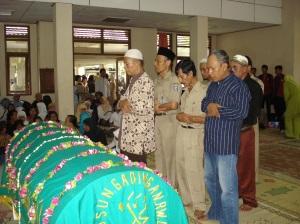 Mensholati jenazah Bp. Cahyo Ariyanto
